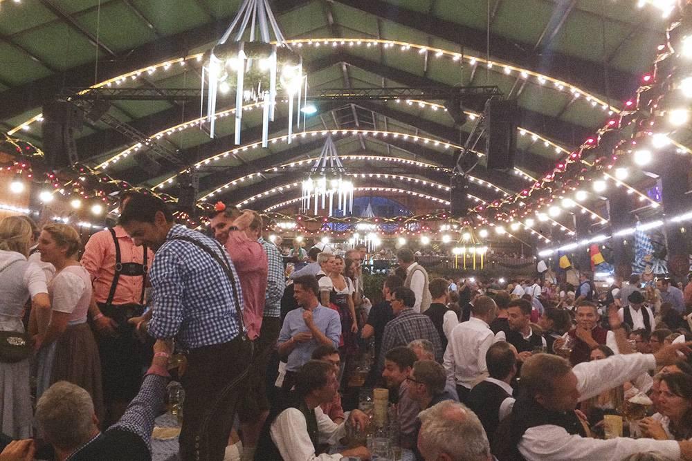 Октоберфест в Мюнхене. Огромное количество народу в национальных баварских костюмах, играет очень громкая баварская музыка, люди кричат, танцуют и веселятся. Бронировать столик надо минимум за полгода, иначе придется просто стоять и смотреть на все это безумие со стороны. Вход туда бесплатный, но пол-литра пива обойдутся минимум в 10€