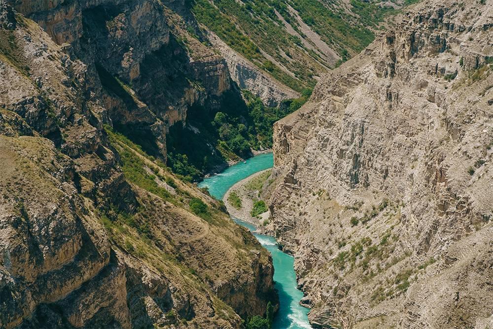 Сулакский каньон и река Сулак внизу