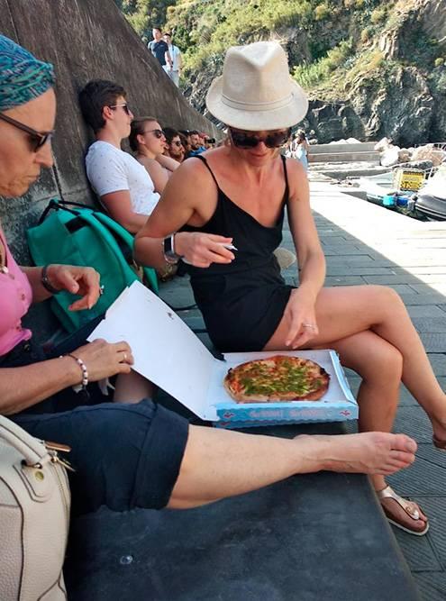 В Вернацце мы купили пиццу навынос с артишоками и соусом песто. Она оказалась вкусной, но на удивление маленькой