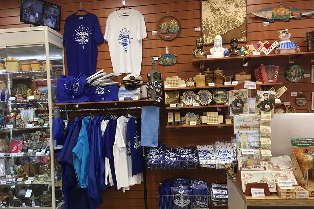 В местном сувенирном магазине продают футболки, кружки и открытки с символом города