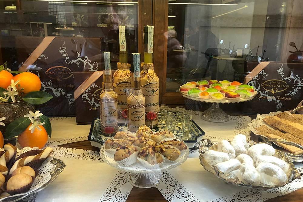 Ассортимент сладостей в итальянском кафе. Большие сицилийские десерты продаются на вес, по 3—5€, а маленькие пирожные — по 1€