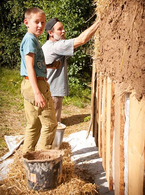 Папа Сэма и племянник помогают штукатурить дом