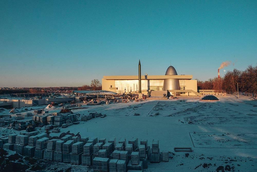Музей истории космонавтики. К сожалению, уже несколько лет подряд его окружает железный строительный забор
