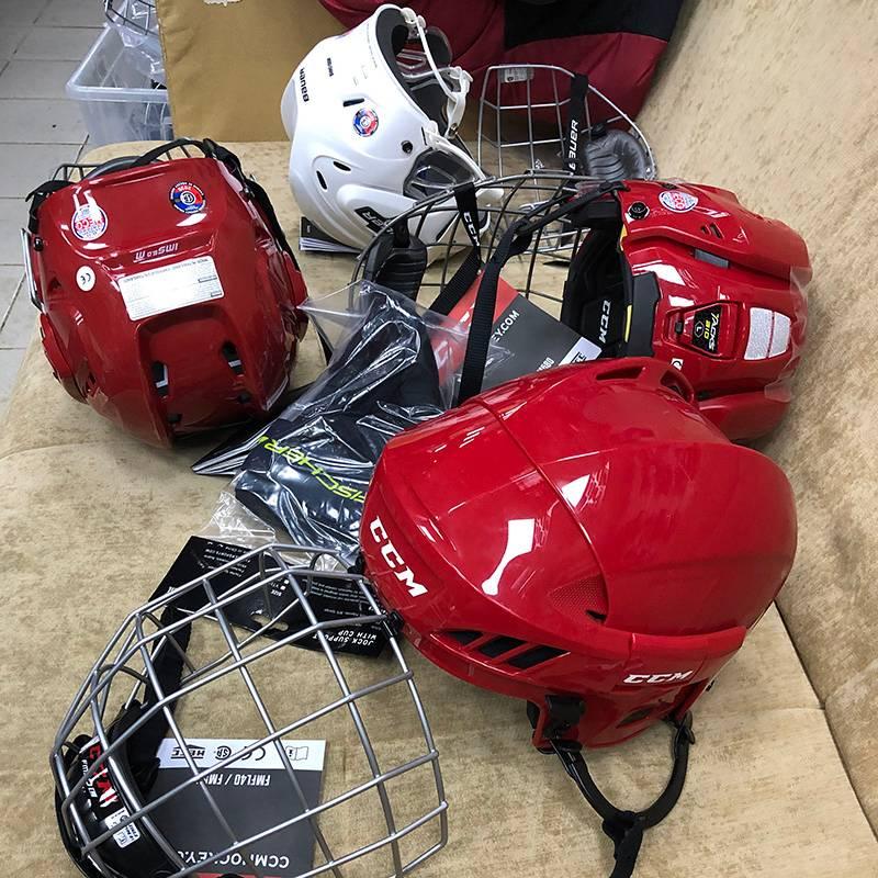 Примерили хоккейные шлемы — тяжелые
