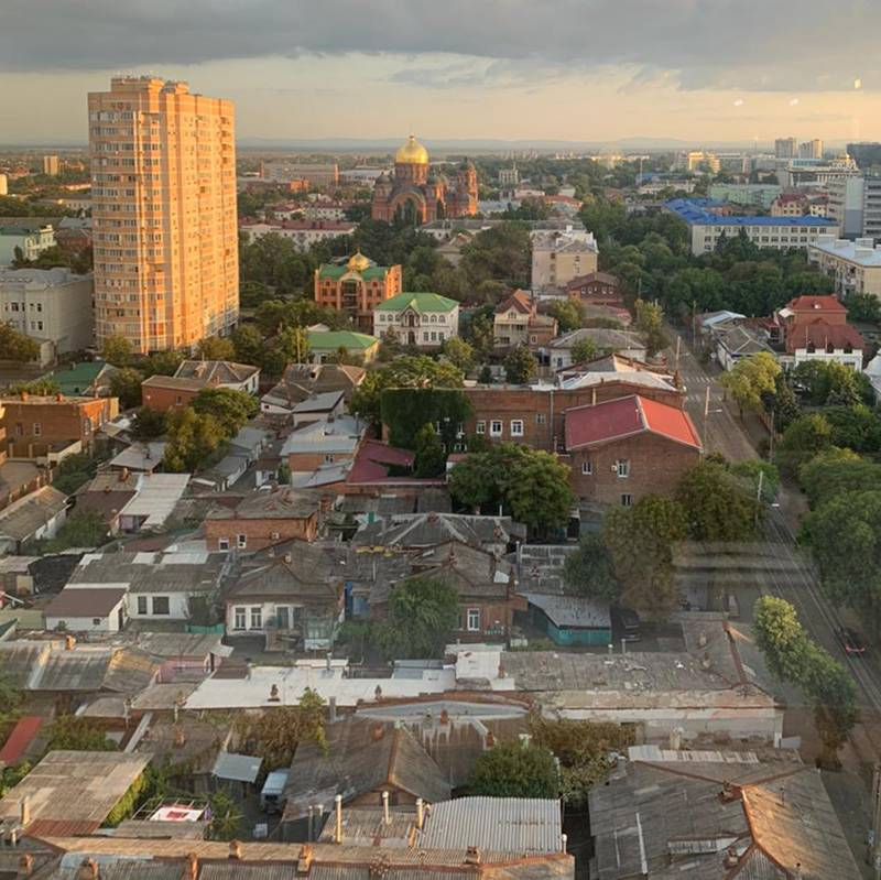 Такой красивый и живописный вид был из окон. Это центр города, в котором до сих пор стоят дома частного сектора