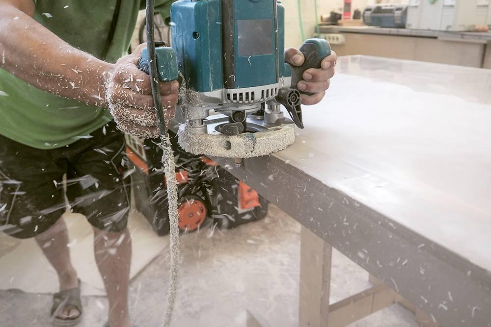 Каменную столешницу шлифуют от 8 до 16 раз, так выглядит этот процесс. Для каждого этапа шлифовки есть сменная круглая насадка разной зернистости. Фото: Shutterstock