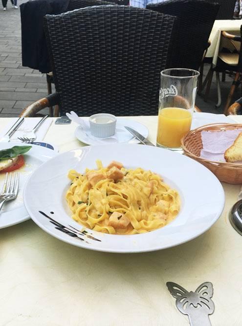 Мое самое любимое место — Trattoria la Grappa. Паста с морепродуктами за 12€ (909<span class=ruble>Р</span>) и апельсиновый сок за 2€ (151<span class=ruble>Р</span>)