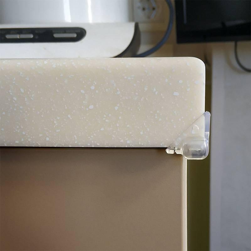 Уголки из каучука достаточно мягкие, их легко прикрепить двусторонним скотчем и принеобходимости снять