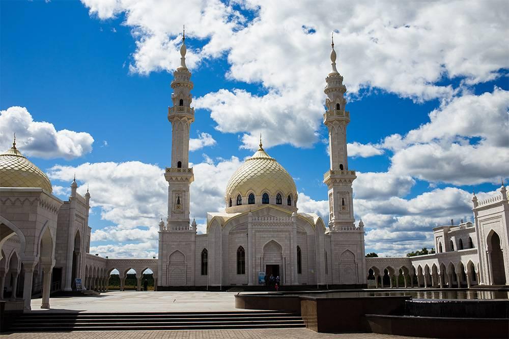 Белая мечеть кому-то напоминает мечеть в Грозном, но, на мой взгляд, она ближе к Тадж-Махалу
