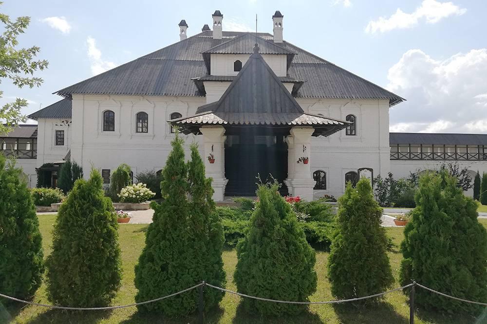 Территория монастыря большая, красивая и ухоженная — тут приятно просто прогуляться