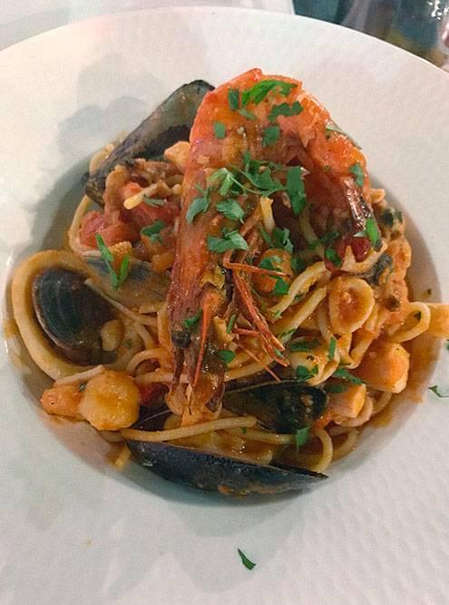 Паста с морепродуктами в итальянском ресторане стоила 16€ (1168<span class=ruble>Р</span>), бокал вина — 6€ (438<span class=ruble>Р</span>). Порции большие, а еда вкусная