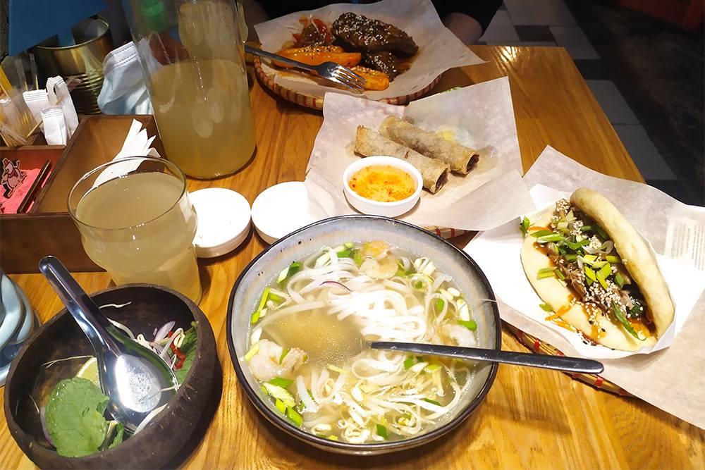 Наш обед из томленых свиных ребрышек, вьетнамского супа «Фо-том» с креветками, нэмов с говядиной, бань-бао с курицей и уткой и лимонада. Еще сюда не влез бань-бао с манго. Все это великолепие обошлось нам в 1660<span class=ruble>Р</span>. Недешево, но мы наелись на весь день