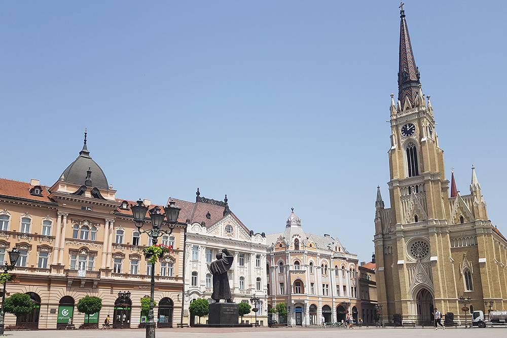 Справа — церковь Святой Марии, а в центре площади стоит памятник градоначальнику Светозару Милетичу, который руководил городом в 19 веке