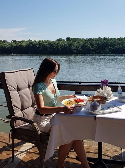 На завтрак предлагали на выбор круассан, кашу илиомлет с ветчиной, сыром и овощами. Напитки подавали за отдельную плату