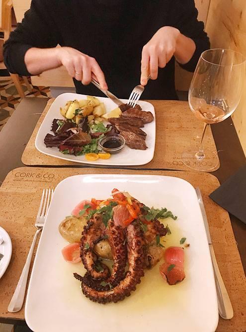 Осьминога в Португалии подают с картошкой и красным луком