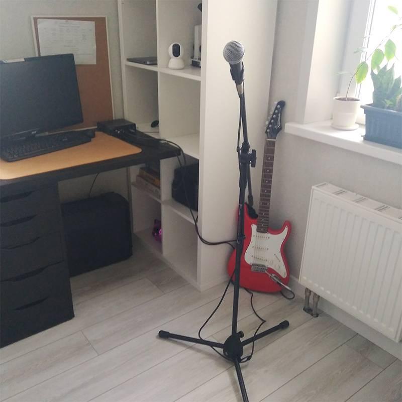 В это время Е. играет на гитаре «Ленинград — Амстердам», а я пою. У нас троих идеальный слух, авот петь красиво могут толькоЕ. исын. Я невсегда дотягиваю, но несдаюсь, хотя истесняюсь. Мне, чтобы спеть налюдях, надо прилично выпить, аалкоголь я плохо переношу. Замкнутый круг какой-то