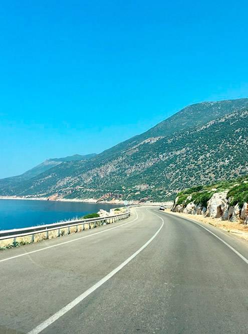 От Олюдениза доКаша дорога более живописная. Ехать посерпантину вдоль моря — особый кайф