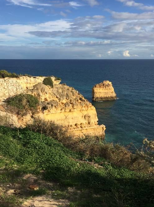Пляж Прайя-Маринья мы полюбили за красоту, уединенность и скалы в виде торта «Наполеон»