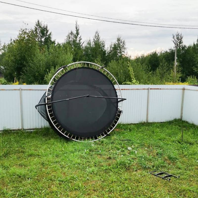 Я всегда опасался, что сильным ветром батут перевернет или, чего доброго, ударит об забор. Ивот,в июле 2021года во время шторма это случилось. Ни батут, ни забор не пострадали. Унекоторых соседей похожие батуты переломало: металлические дуги погнулись, а пластиковые — потрескались