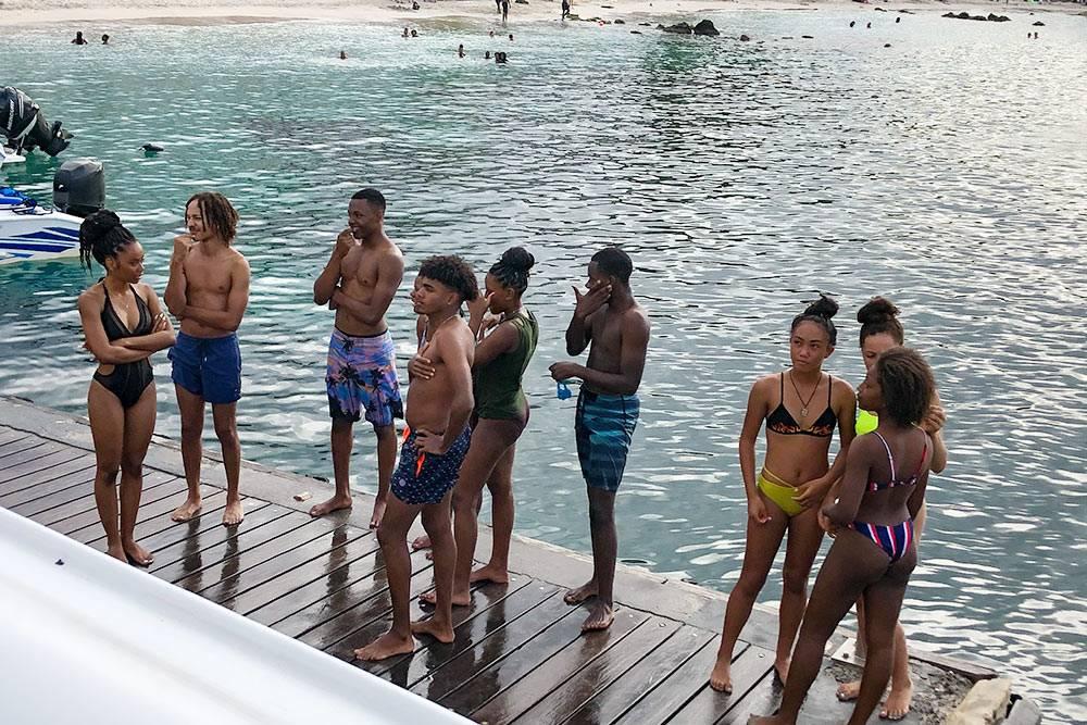 Местная молодежь на Мартинике тоже любит отдыхать на море
