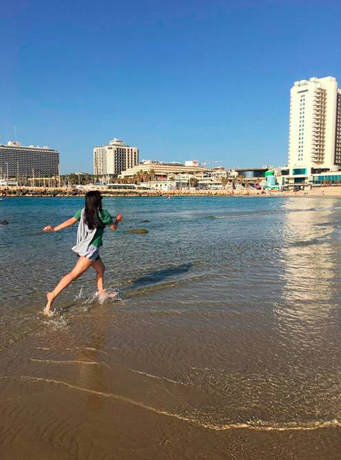 Днем на пляже бывает отлив, тогда можно уйти метров на 200 от берега. В Израиле вдоль берега устраивают пробежки все — от детей до пожилых людей