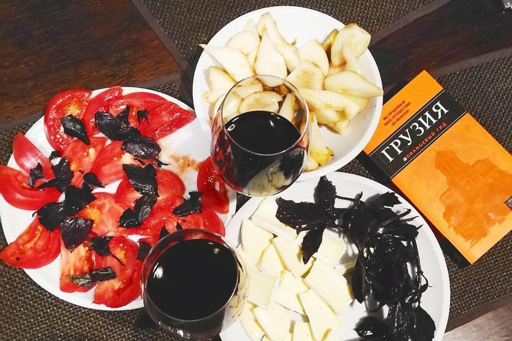 Легкий домашний ужин после плотного грузинского обеда: вино, сыр, помидоры с базиликом и груша