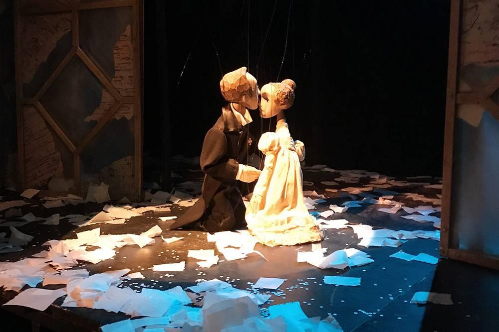 Удивительно, но даже после спектакля, когда актеры уже ушли, куклы кажутся живыми