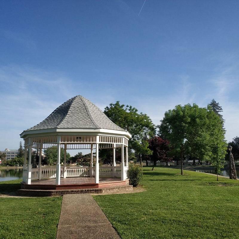 Парк с беседкой и грилем в спальном районе Сакраменто