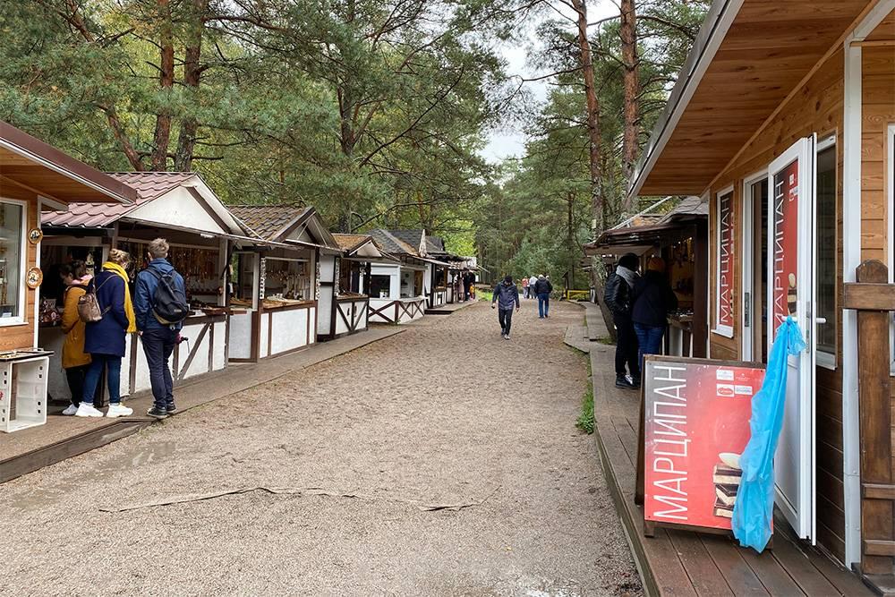 На каждом маршруте по Куршской косе есть лавочки с сувенирами. Самые большие — в Танцующем лесу и на высоте Эфа