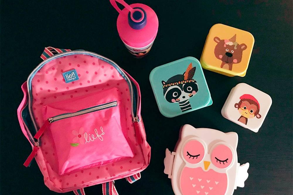 Школьный рюкзак, ланч-боксы и бутылка с водой — вот что лежит в рюкзаке у ребенка до 12 лет. Никаких книжек и тетрадок. Есть еще папка, в которой ребенок приносит домой свои школьные поделки