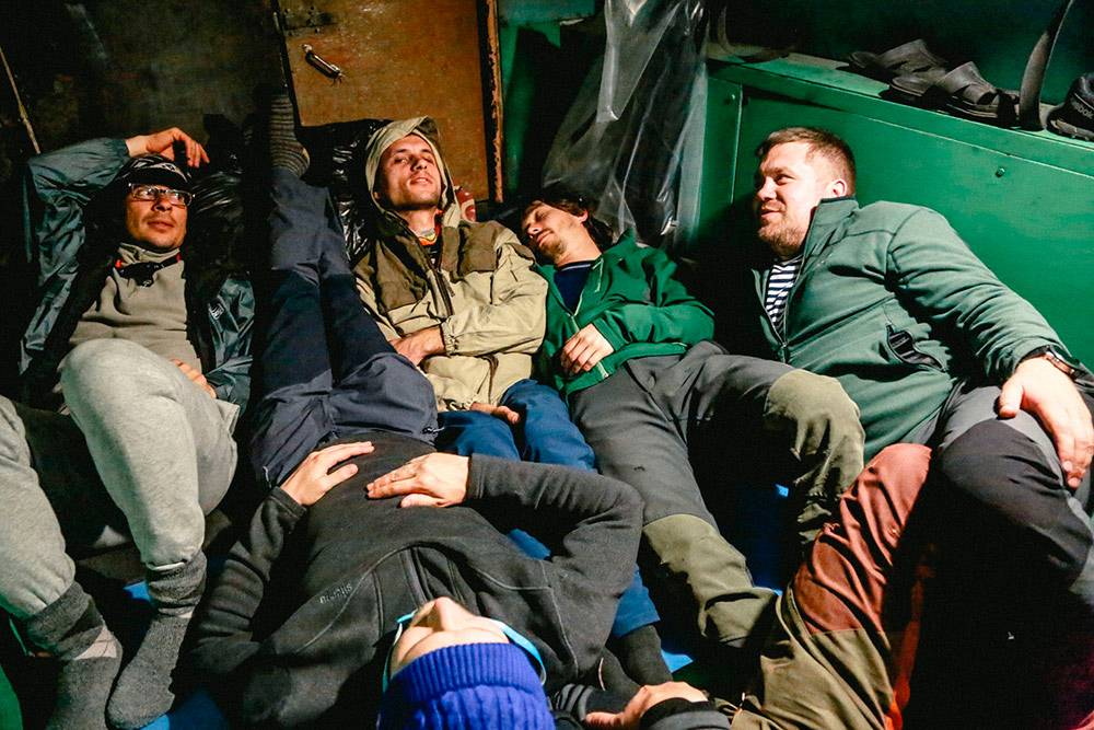 Внутри вездехода попытались уложиться и немного поспать. Так и ехали с полуночи до пяти утра. Фото: Александр Колбин