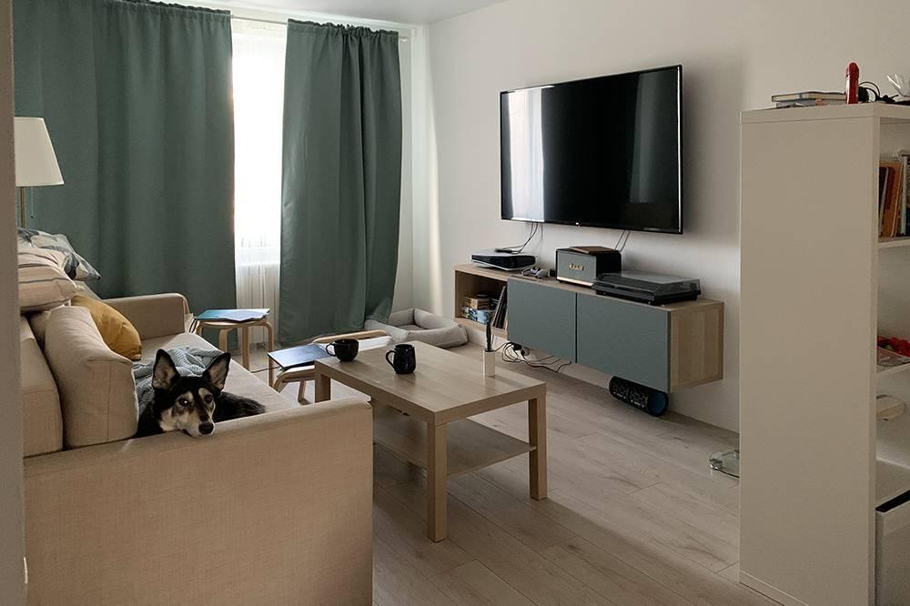 Немного косплея на передачу «По домам». Наша гостиная, также известная как мой кабинет. Хочу прикупить стол и подселиться к супруге в мастерскую, но бюджетные варианты тяжело найти в наличии, таккак удаленки много, а «Икея» одна