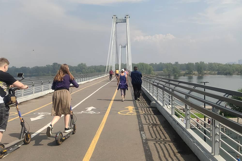 Летом по мосту горожане отправляются гулять на остров-парк Татышев