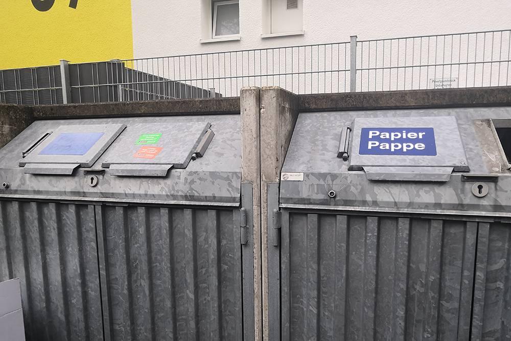 А это — для бумажных отходов