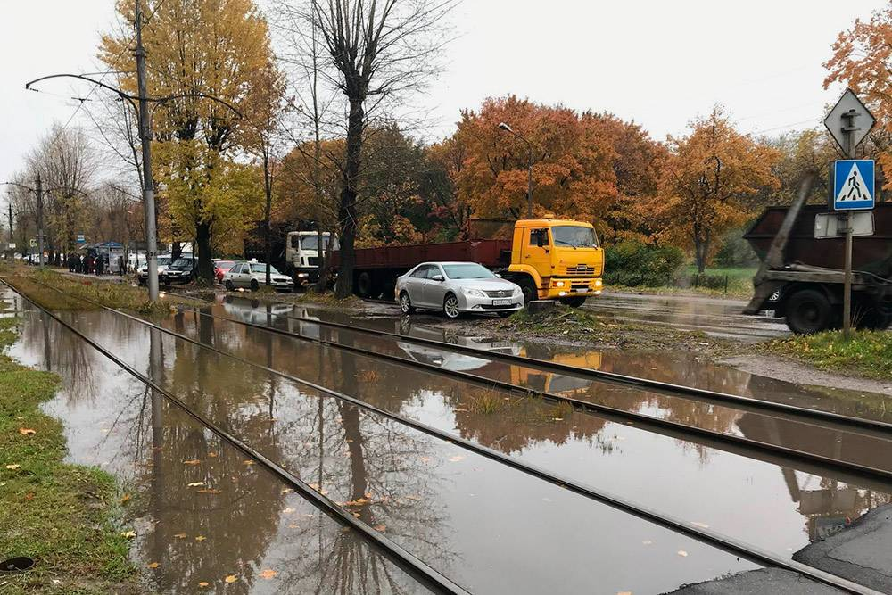 Если дождь идет больше чем полдня, то трамвайные пути, дороги и тротуары медленно исчезают подводой