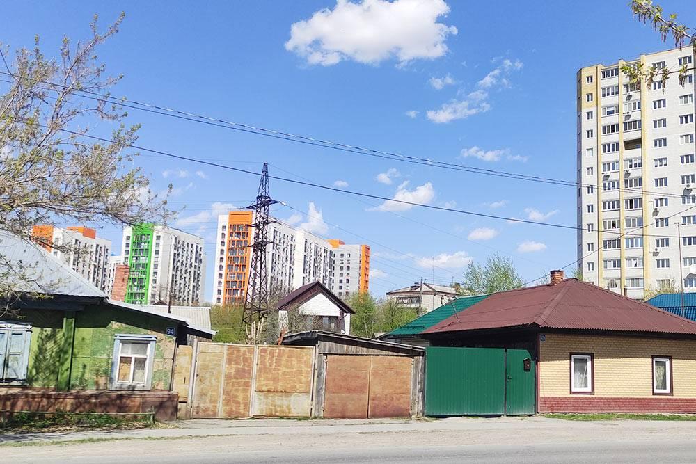Новостройки вперемешку с частным сектором — типичная картина дляКалининского округа