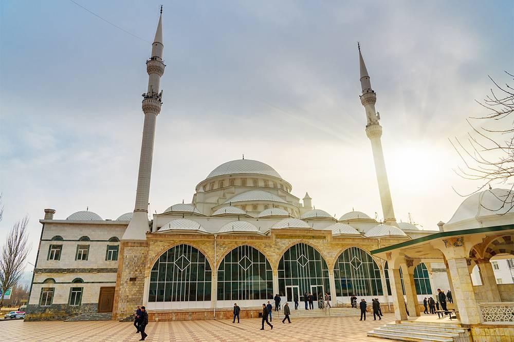 Если были в Голубой мечети в Стамбуле, то в Джума-мечеть в Махачкале можно не заходить. Источник: Elena Odareeva / Shutterstock
