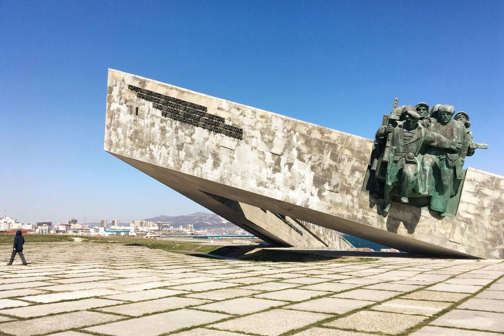 Форма мемориала символизирует нос корабля, врезавшийся в берег