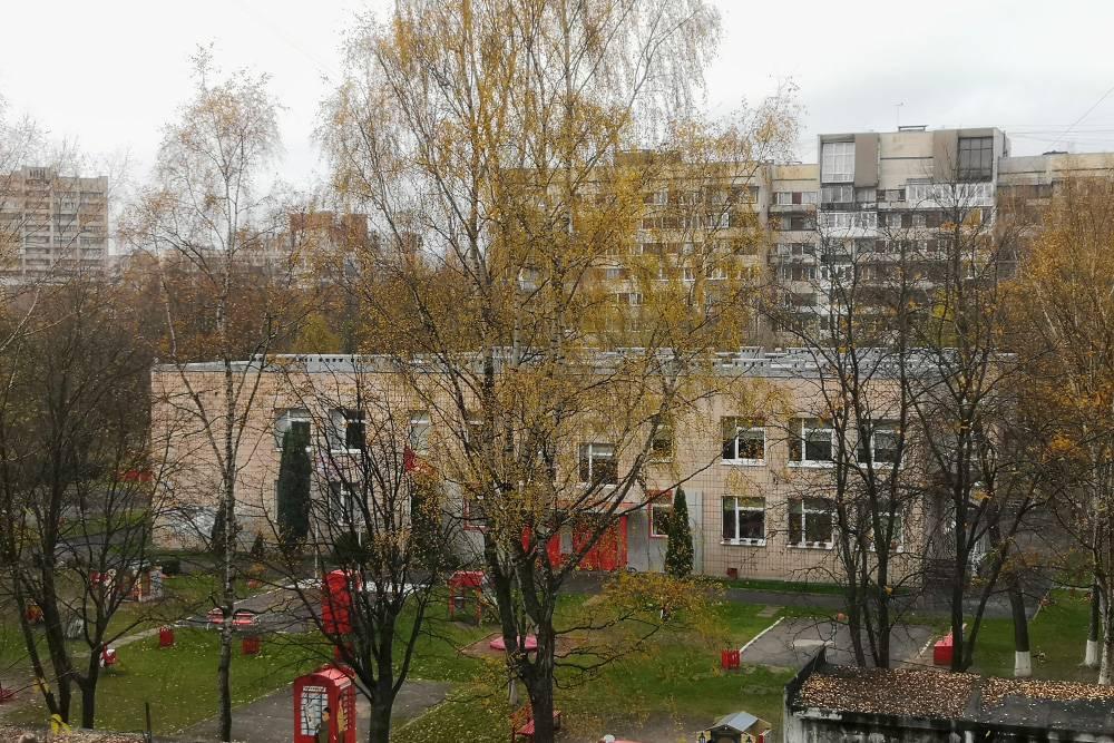 Детский сад с углубленным изучением английского. Прямо кусок Лондона у меня за окном