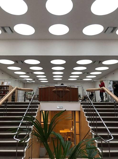 В читальном зале нет ни одного окна в стене, только 57 круглых световых окон в потолке. Там приятно задержаться и полистать какой-нибудь журнал