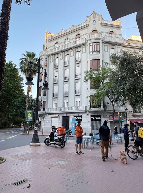 Так выглядят дома в&nbsp;центре города, которые мне очень нравятся: высокие потолки, красивые балконы. Но&nbsp;стоимость квартир здесь&nbsp;— около 500&nbsp;000&nbsp;€ (42&nbsp;228&nbsp;850&nbsp;<span class=ruble>Р</span>)