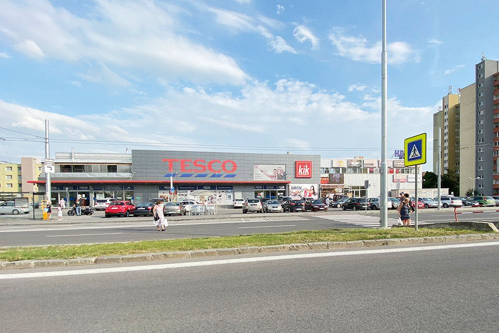 Районный торговый центр. Тут есть крупный продуктовый, а также парикмахерская, мелкие магазины небрендовой одежды, зоомагазин