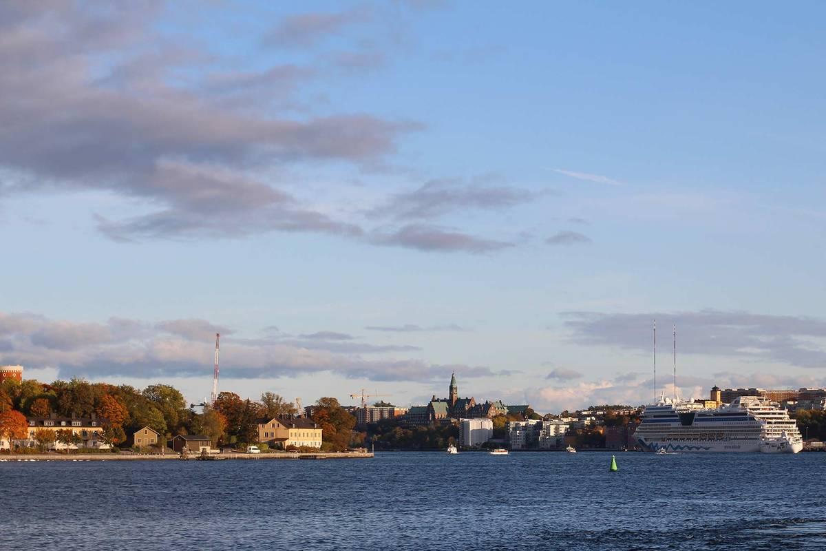 Паромы, прибывающие в Стокгольм, в основном причаливают в порту Стадсгордскайен на острове Сёдермальм. Отсюда до главных достопримечательностей можно дойти пешком