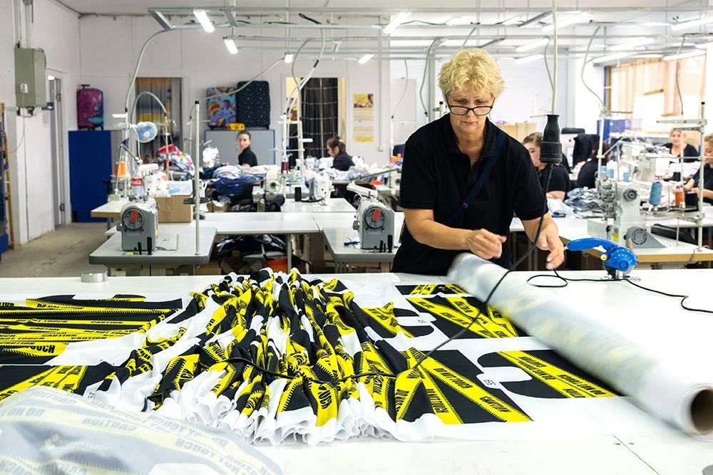 Раскройщица готовится разрезать рулоны бифлекса на отдельные детали