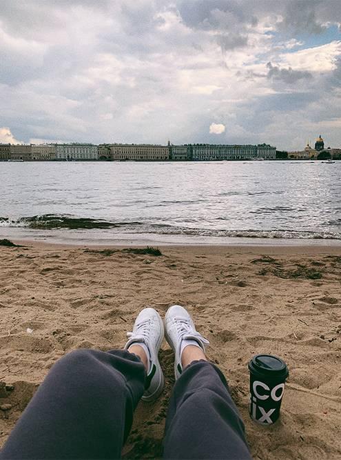 Искупаться в Неве не получится: слишком грязная вода. Зато очень приятно сидеть на берегу и смотреть вокруг