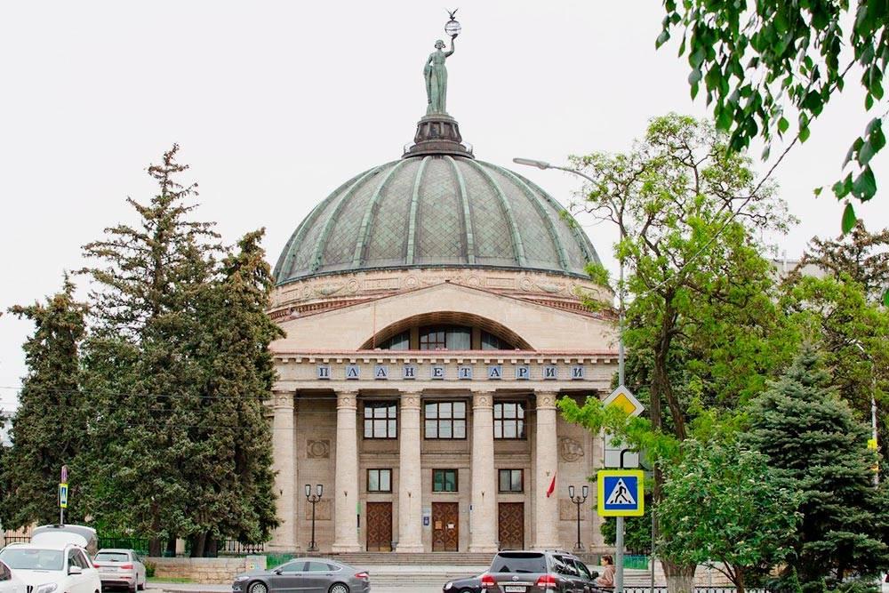 Это основное здание Волгоградского планетария, а обсерватория находится во внутреннем дворе