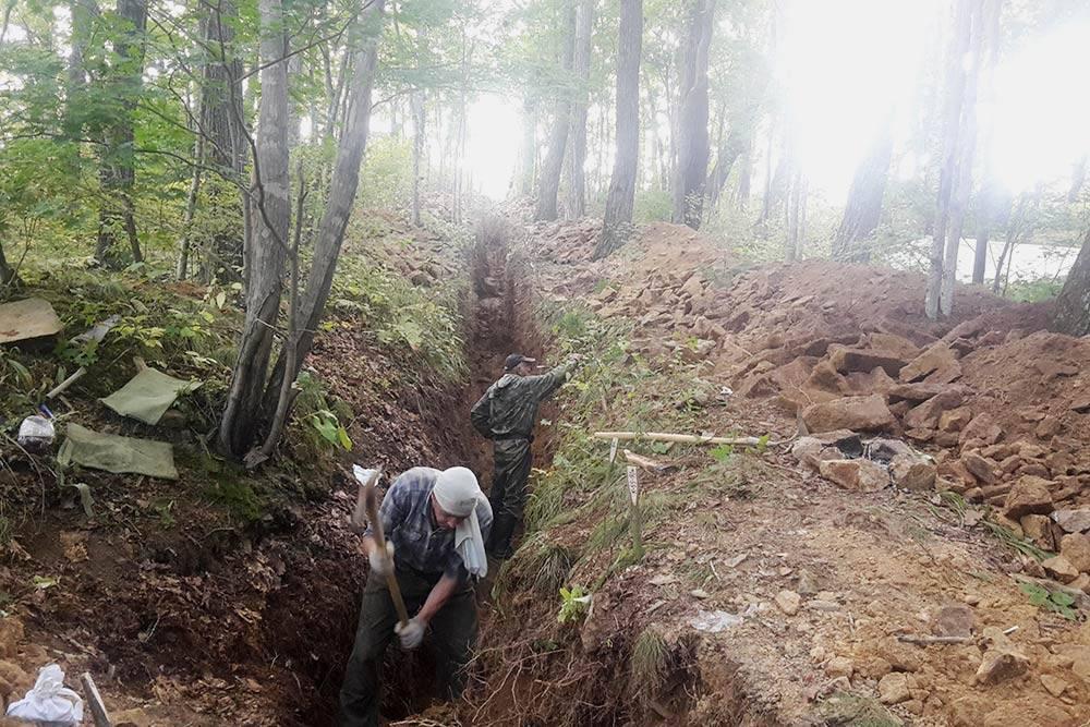Копание канав лопатами — утомительное занятие, но в некоторых случаях иначе никак