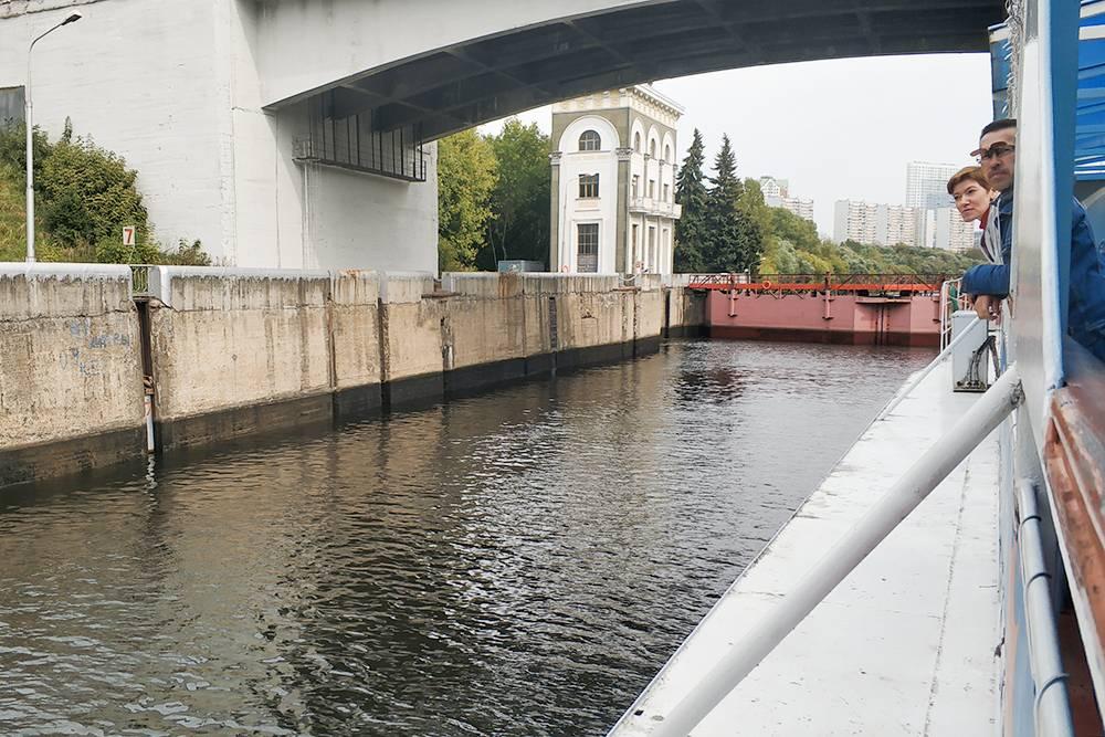 Во время шлюзования уровень воды поднашим кораблем снизился примерно на 5 метров