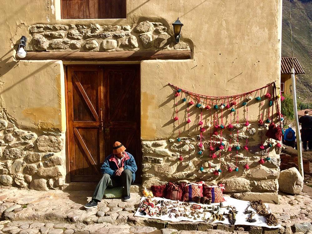Если будет время, рекомендую погулять по Ольянтайтамбо — это современный город и памятник культуры инков в 30 км от Мачу-Пикчу. На узких улочках с индейскими названиями торговцы изготавливают и продают сувениры