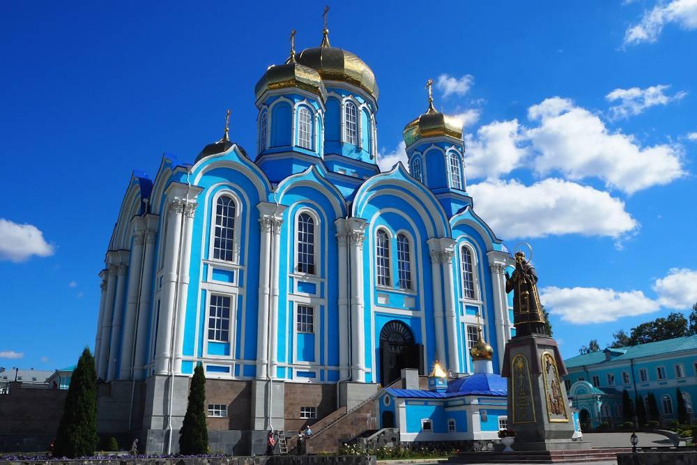 В монастырь приезжают паломники со всей России
